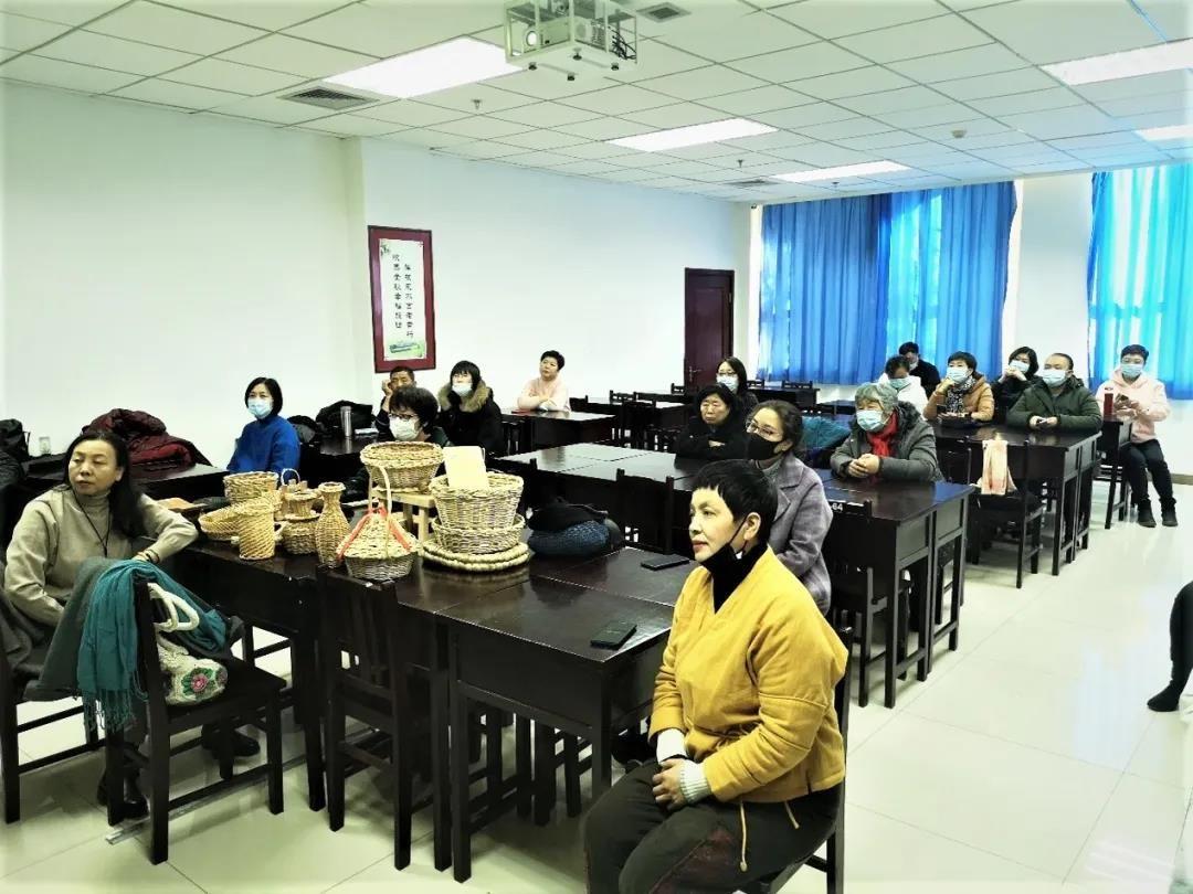 市老年大学与秦庭老年大学携手开设第二课堂-----非遗扫帚扎捆体验课程